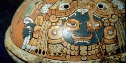 Figure 3: A lidded vessel from Burial PTP-010 decorated with a figure wearing a Feathered Serpent shell platelet headdress typical of high-status wares from Teotihuacán (Figure adapted from Martin and Grube 2008, 33).